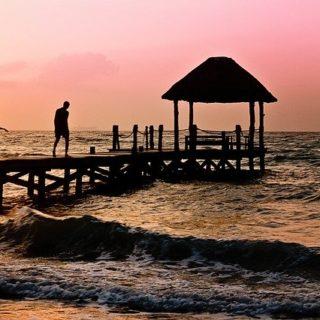 une famille avec enfants sur un ponton au coucher du soleil - Image par Jill Wellington de Pixabay