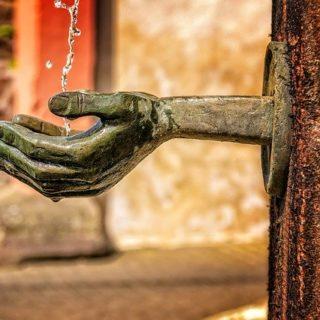 l'eau d'une fontaine coule dans des mains de bronze qui les redistribuent - Image par Peter H de Pixabay