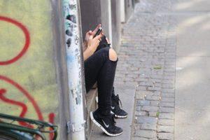 fille envoyant un sms - Image par marcino de Pixabay