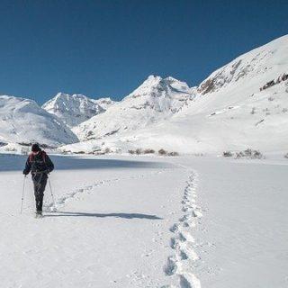 une personne seule marche dans la neige, à côté d'une autre trace de pas - Image par Alexgan de Pixabay