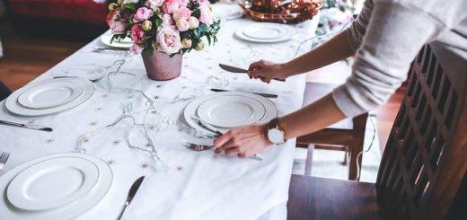 Une femme prépare une table pour la fête de Noël - Image par Karolina Grabowska de Pixabay