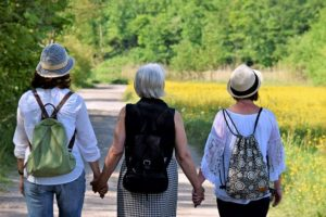 trois femmes de générations différentes marchent comme des copines - Image par silviarita de Pixabay