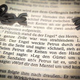une page de la Bible racontant la libération de Pierre par un ange et une chaîne brisée - Image par Thomas B. de Pixabay