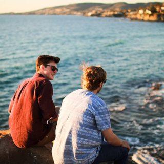 deux amis se parlent, assis sur le bord de la mer - Image par Free-Photos de Pixabay
