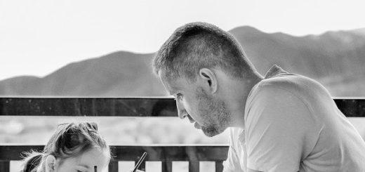 un père enseigne à sa fillette - Image par Daniela Dimitrova de Pixabay