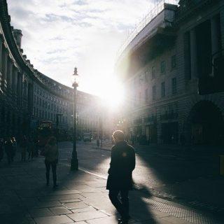 piéton en prière dans la ville - Londres Image par SnapwireSnaps de Pixabay