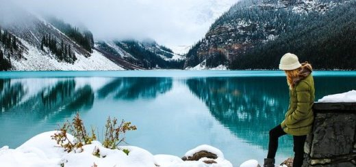 femme seule devant un lac de montagne, l'hiver - Image par Olya Adamovich de Pixabay